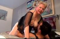 Film porno cu o matura de 75 de ani