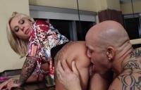 Tatuatul chelios rupe pizda unei blonde muiste