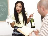 Pula mare si flocoasa a unui student este supta de o colega in clasa