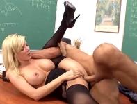 Un elev isi fute profesoara blonda cu tate mari