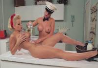 Lesbienele se ling in pizda cu lapte pe masa in bucatarie