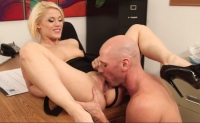 Blonda Ash Hollywood face sex cu colegul ei dotat