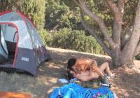 2 tineri se duc cu cortul si toata ziua fac sex