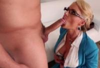 Blonda cu tate mari Phoenix Marie se fute cu un flocos