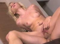 O blonda cu pizda zemoasa se fute si se freaca la clitoris