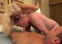 Un gay matur si o pizda fac sex cu un golan