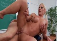 Profesoara cu tate mari si blonda face sex cu un elev dotat