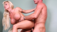Blonda cu tate imense luata in pula de un pervers limbist