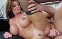 Musculosul care fute si trage muie la babe perverse