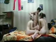 Un gagiu filmeaza pe ascund cum fute 3 bisexuale