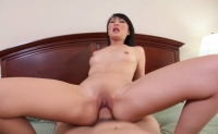 Asiatica bruneta  Evelyn Lin are pizda stramta si excitata