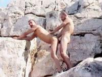 2 greci isi dau muie si se fut in cur intre stanci