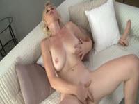 O blonda cu tate mari se masturbeaza agresiv