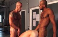 Futai anal si oral cu trei gay in sala de fitness