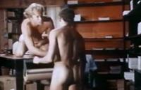 Scena gay vintage cu barbati excitati care fac sex