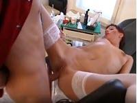 Doua ginecoloage invita un pulet la cabinet sa il suga
