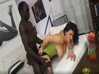 Casting porno cu o curva italianca fututa de un negru