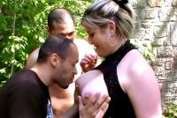 Grasa blonda face sex cu 2 barbati in parc