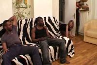 Orgie cu 4 negrii cu pula mare care fut o pizda blonda