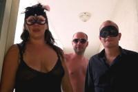 Grasa cu tate mari se masturbeaza si suge pula