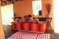 2 lesbiene mature si brunete intr-un porno cu futai