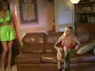 Lesbiene cu tate  se joaca cu o pula din plastic