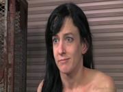 Pula de negru molesteaza o femeie