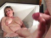 Baiatul isi prinde mama in baie masturbandu-se