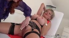 Milfa Lady Sonia masturbata de o gagica roscata