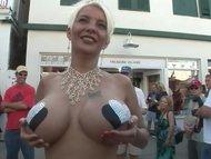 XXX in public – o dansatoare in pizda goala