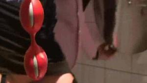 O femeia matura se masturbeaza in wc public